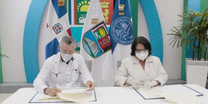 Manuel Jiménez) y Enma Polanco alcalde de SDE y rectora de la UASD, respectivamente, firman convenio de colaboración ASDE-UASD, el 25 de Junio del 2020
