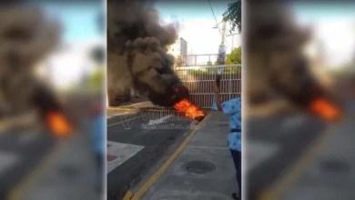 Photo of Conflicto por dirección hospital Darío Contreras provoca quema de gomas