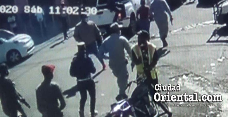 Hombres armados del ASDE corren a toda marcha tras apoderarse de las mercaderías