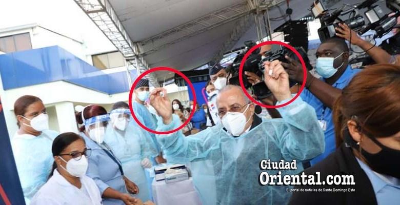 El Ministro de Salud exhibe la vacuna que será inoculada, sin guantes y ante las cámaras
