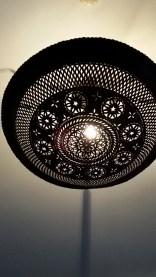 Esta es una lámpara de reciclaje. Está hecha de una rueda. También se hacen bolsos. El reciclaje está muy presente en esta cultura. Foto: M. Velásquez