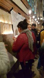 Una francesa de Toulouse coloca una vela en Place du Capitole