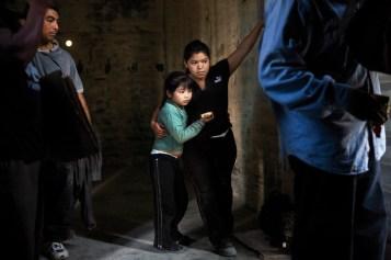 Dos guatemaltecas de 24 y 7 años, en uno de los vagones hacia Ixtepec. En Tapachula, Chiapas, fueron interceptadas por agentes de migración a quienes tuvieron que darles una 'mordida' de 100 dólares para que les dejaran continuar su viaje. Foto: Edu Ponces y Toni Arnau