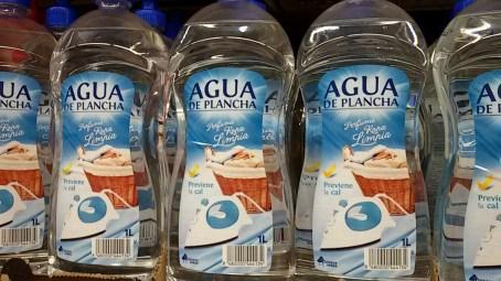 """Es agua especial para la plancha con aroma a """"ropa limpia"""". ¿En qué mundo vivimos? ¡Viva el consumo irracional! Foto: M. Velásquez"""