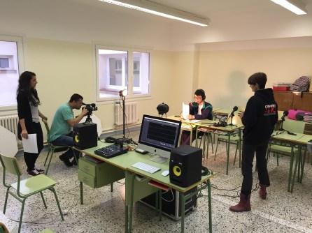 Jóvenes aprenden hacer radio en talleres que imparte en el Instituto. Foto: cortesía