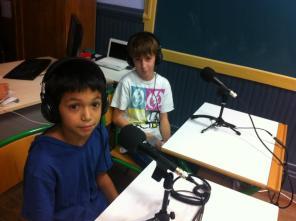 Niños aprendiendo hacer radio en los talleres que imparte Miguel en el Instituto. Foto: cortesía