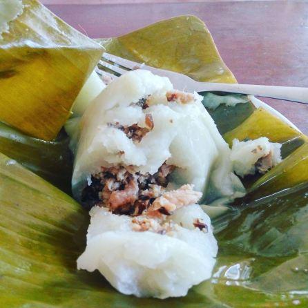 Y este es el primo lejano vietnamita de los tamales mexicanos y centroamericanos . Este es un pastelillo de arroz y cerdo envuelto en hoja de banano . Se llama banh gio. Foto: A. Alemán