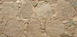 Têtes décapités sur la facade de la forteresse