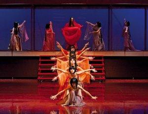 spektakl Madam Butterfly w operze aktorzy w rzędzie z wyciągniętymi rękami w strojach japonskich