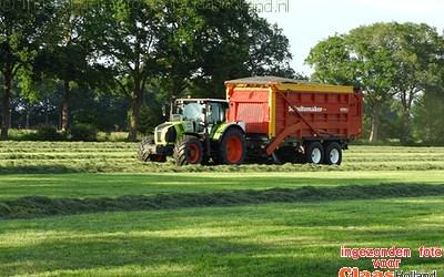 Loonbedrijf Pekkeriet uit Dalfsen in het gras.