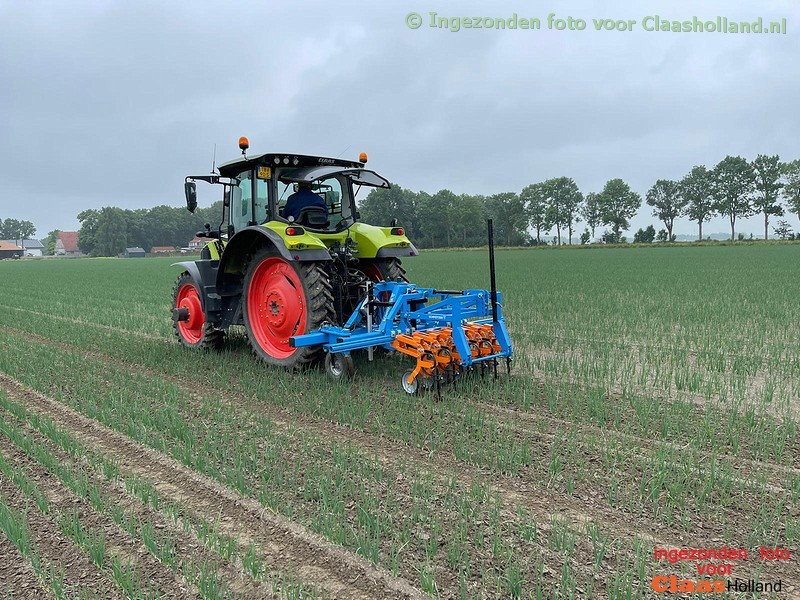 Claas dealer Dijkstra & Langeweg op pad met Schmotzer schoffel machine.