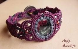 紫・グレー・黒の紐を使って編み上げております。