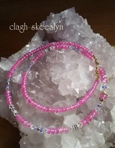 グラデーションサイズ(3m~6mm)のピンクサファイアに、タンザナイトと水晶を挟んだネックレス。