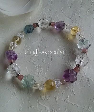 お花のフローライト・カット水晶・シトリン・シャンパンオーラ水晶・モスコバイトを使用した、フレッシュで優しい色彩の天然石ブレスです。