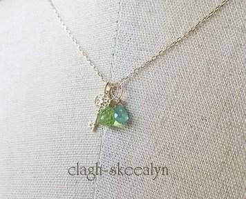 ご主人様の誕生石(5月/エメラルド)と、奥様の誕生石(8月/ペリドット)を、チャームにはアンティークキー(※ダイヤモンド付き)を選びました。