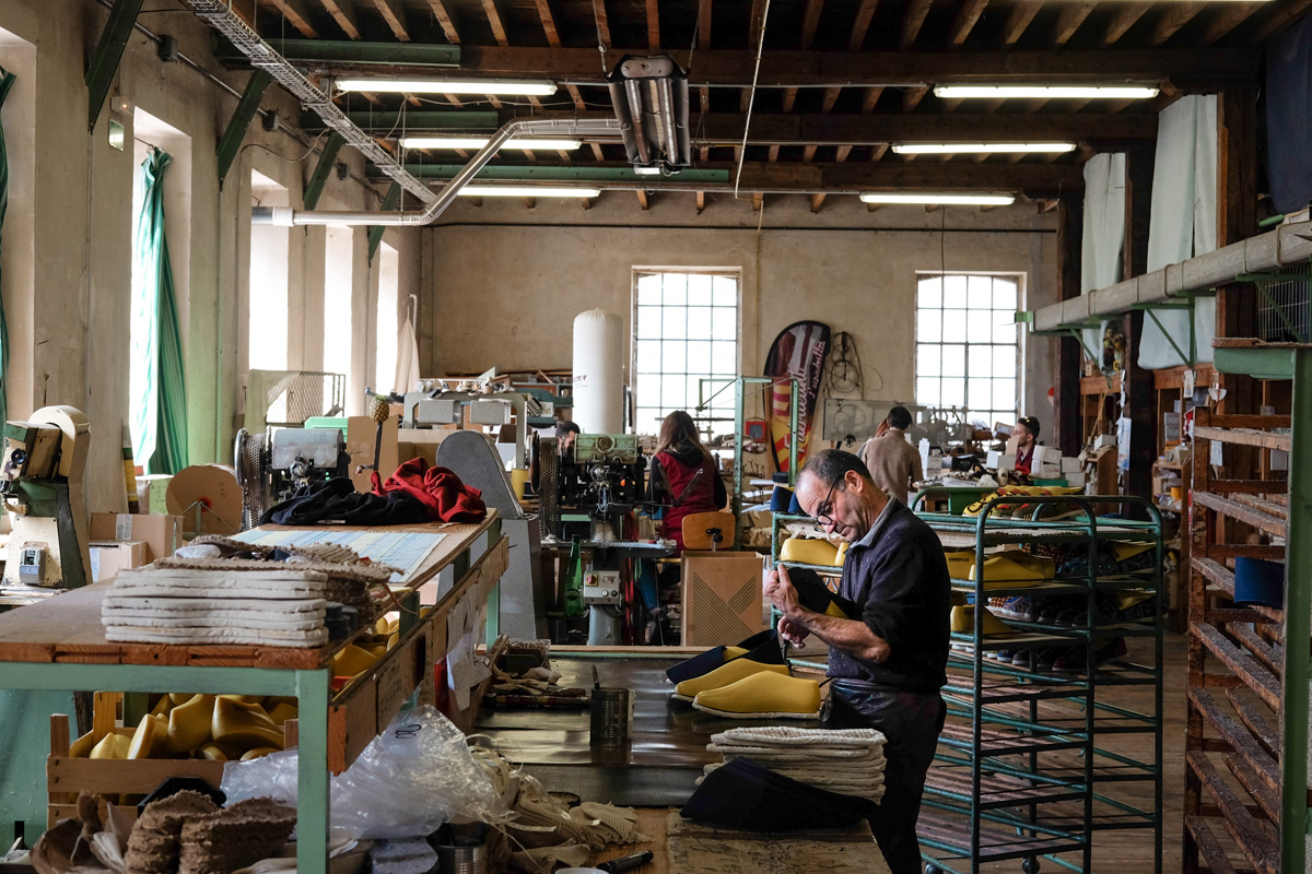 Un atelier de fabrication d'espadrilles made in France