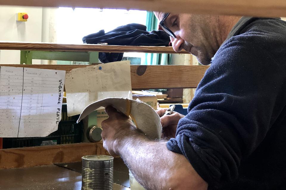 L'artisan colle la tige à la semelle