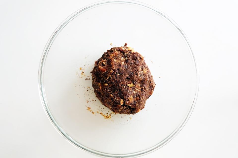 Formez une boule pour malaxer la pâte des barres de céréales