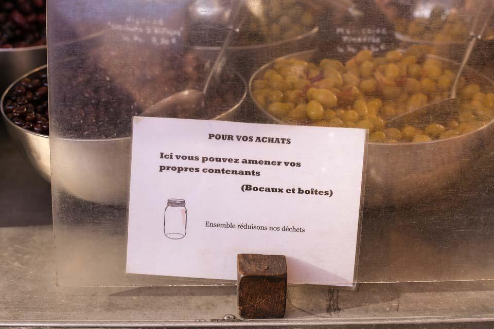 Pancarte incitant les personnes à amener leurs bocaux au marché @Lucie Paimblanc