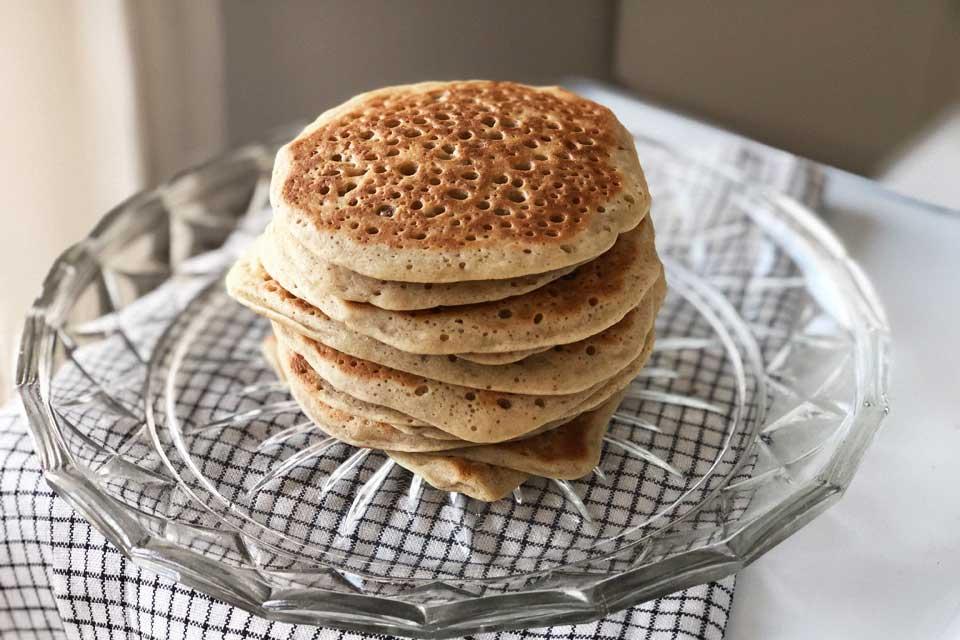 Une pile alléchante de pancakes vegan