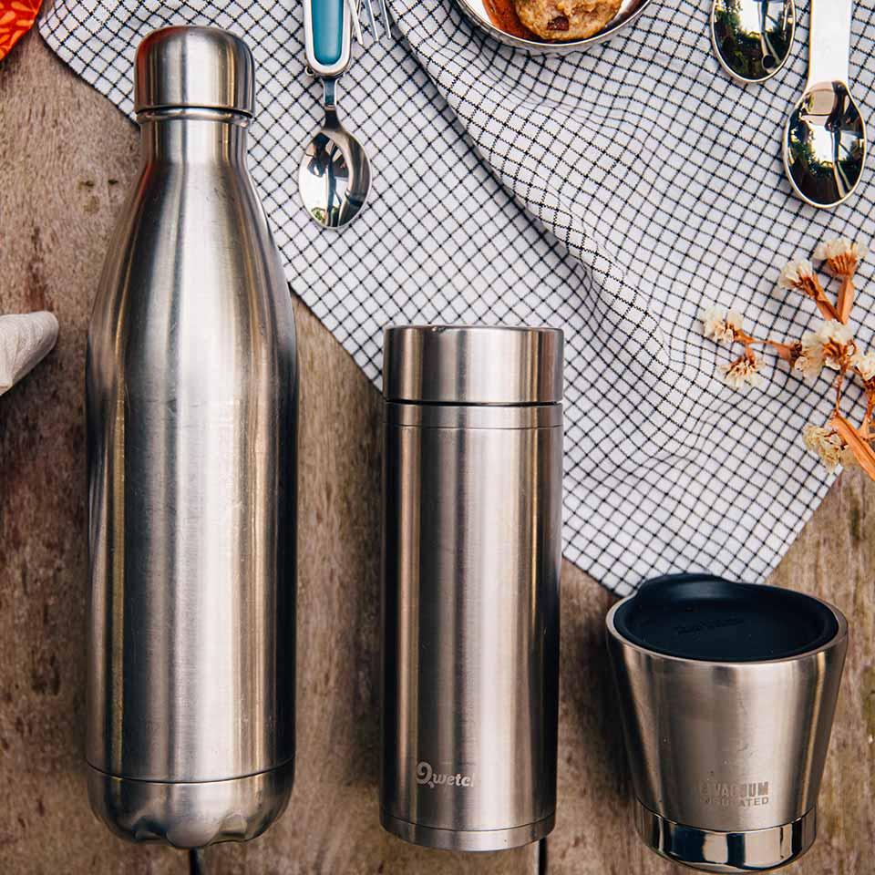 Utiliser des gourdes et mugs réutilisables pour lutter contre le plastique