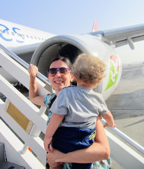 mamma e figlio che salgono sull'aereo destinazione viaggio di nozze alle seychelles