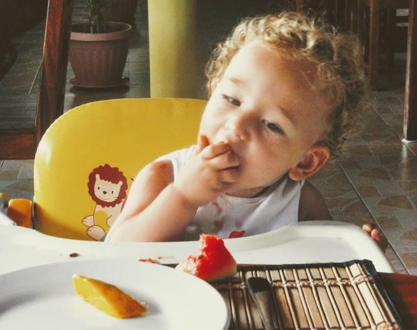 bambino che mangia durante un viaggio