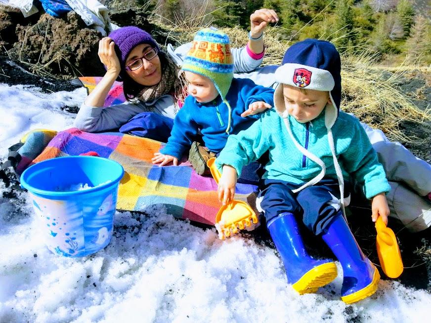 mamma e figli che giocano in montagna durante un week sull etna