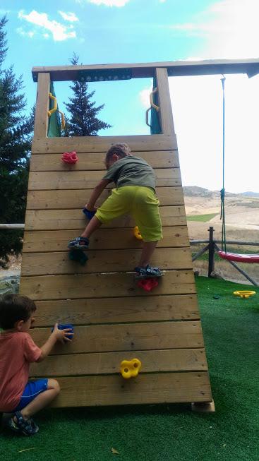 bambino che gioca in un parco giochi in Sicila