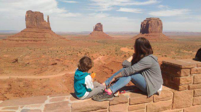 mamma e bambino che osservano la monument valley