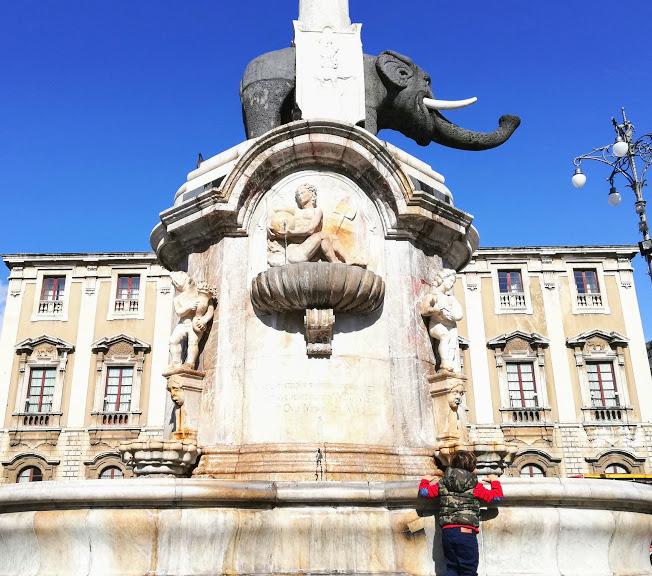 un bambino ache guarda l'elefante di Catania