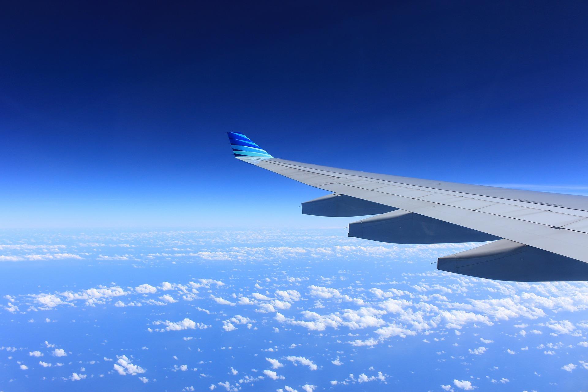 ala di un aereo, mezzo ideale per visitare la Sicilia con i bambini