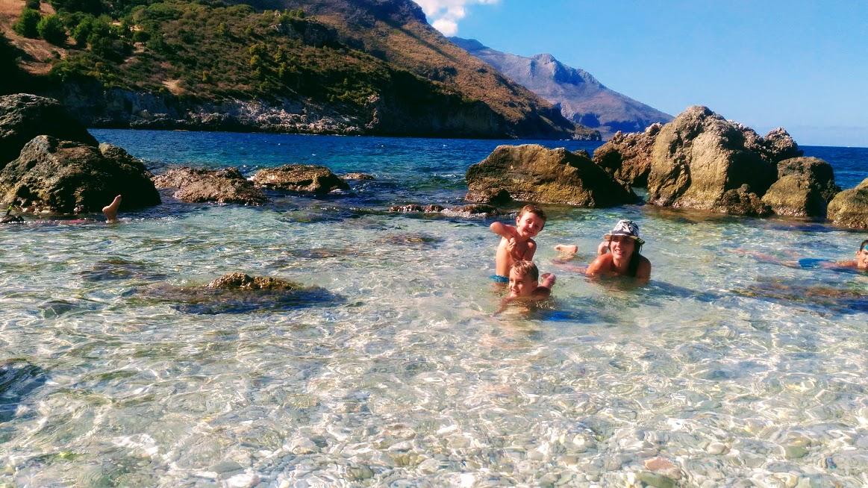 famiglia al mare in sicilia con bambini
