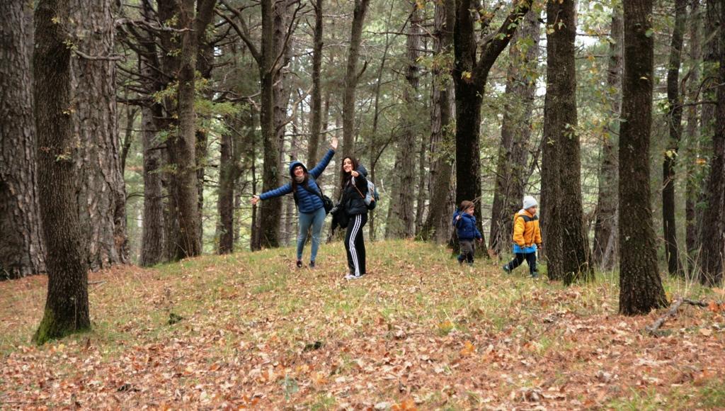 famiglia che gioca in un bosco durante escustione sull'etna con i bambini