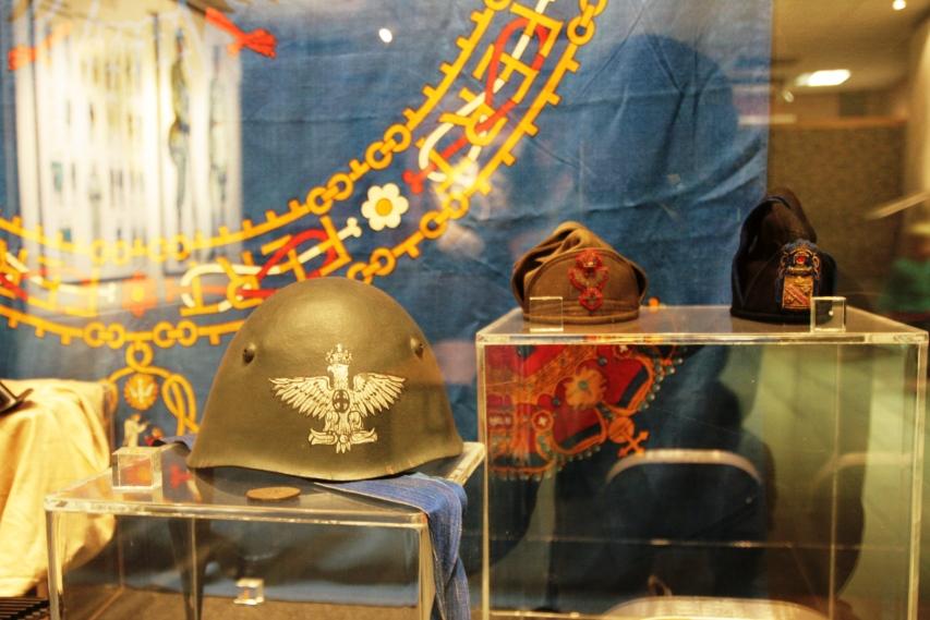 uniformi d'epoca al museo dello sbarco in sicilia