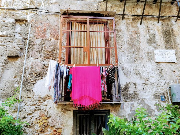 panni stesi a Ballarò quartiere di Palermo