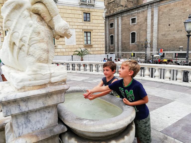 bambini che giocano in una fontana a Palermo