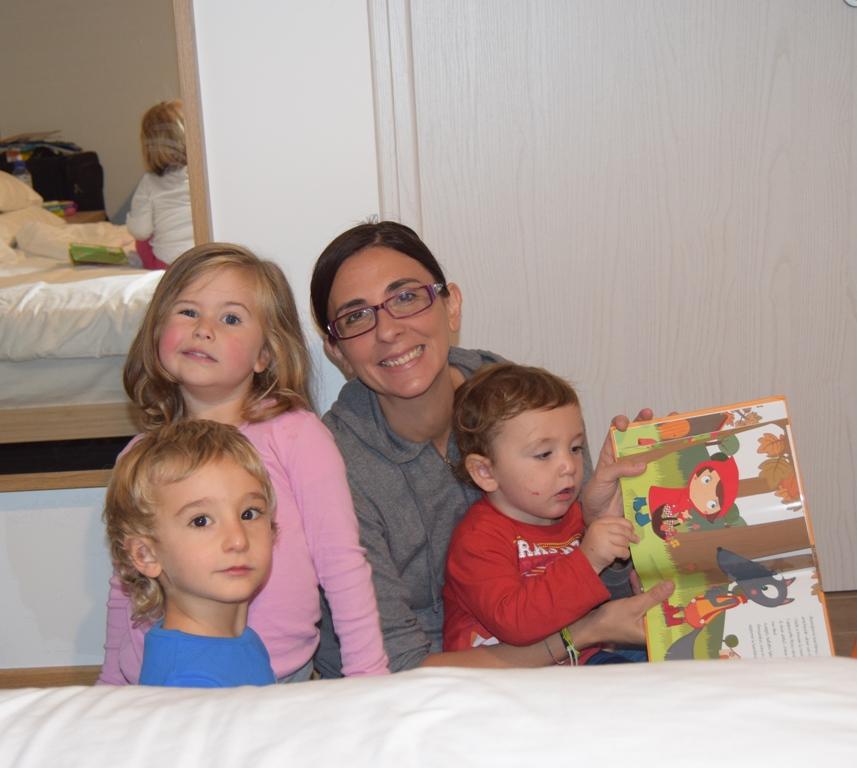 mamma con bambini che sorride durante una vacanza a sappada
