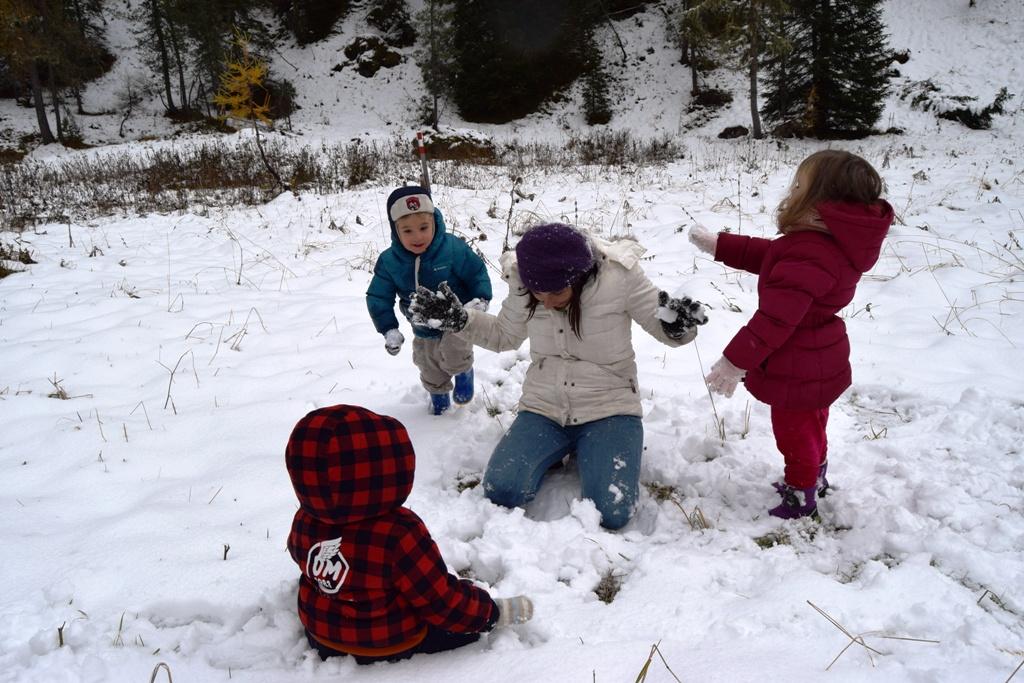 bambini che giocano con la neve durante una vacanza a sappada