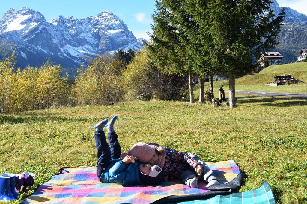 bambini che fanno un picnic a sappada