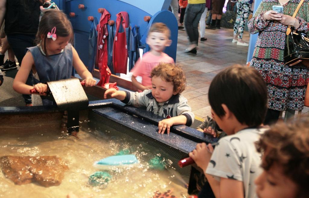 bambino che gioca nel parco giochi dell'acquario di monterey in california