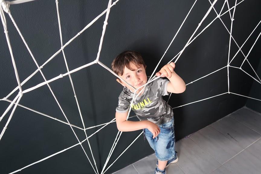 un bambino che gioca al farm cultural park