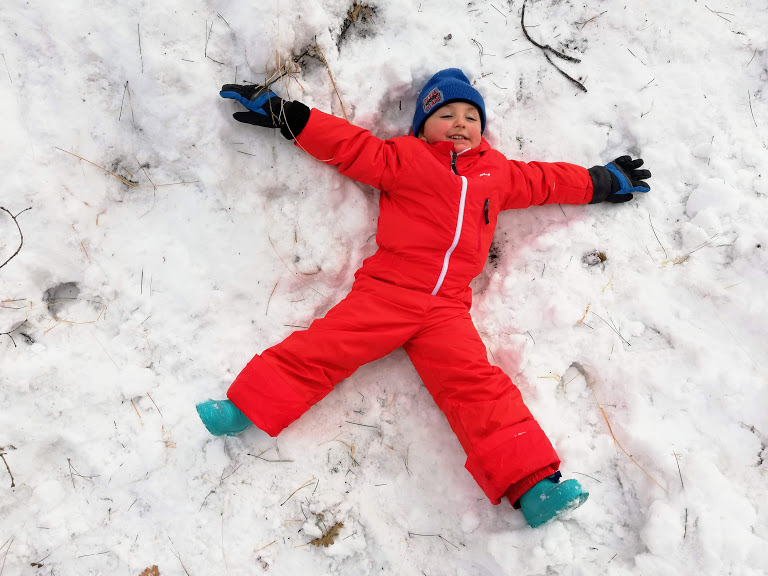 un bambino che gioca sulla neve in inverno