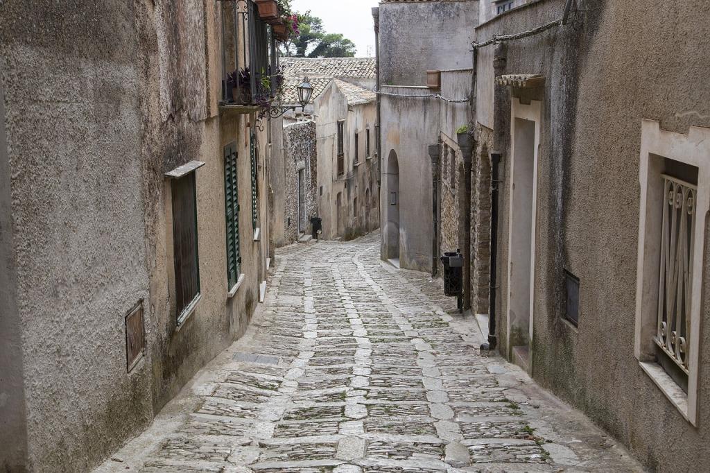 strada caratteristica del borgo medievale di Erice in inverno meta ideale per un viaggio in sicilia con i bambini