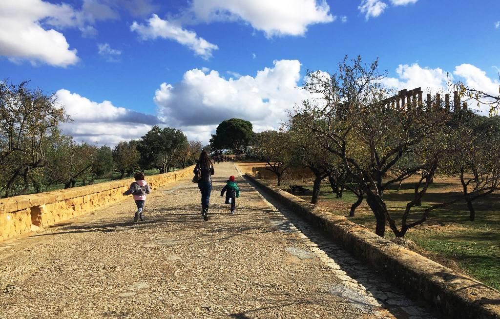 bambini che visitano la valle dei templi