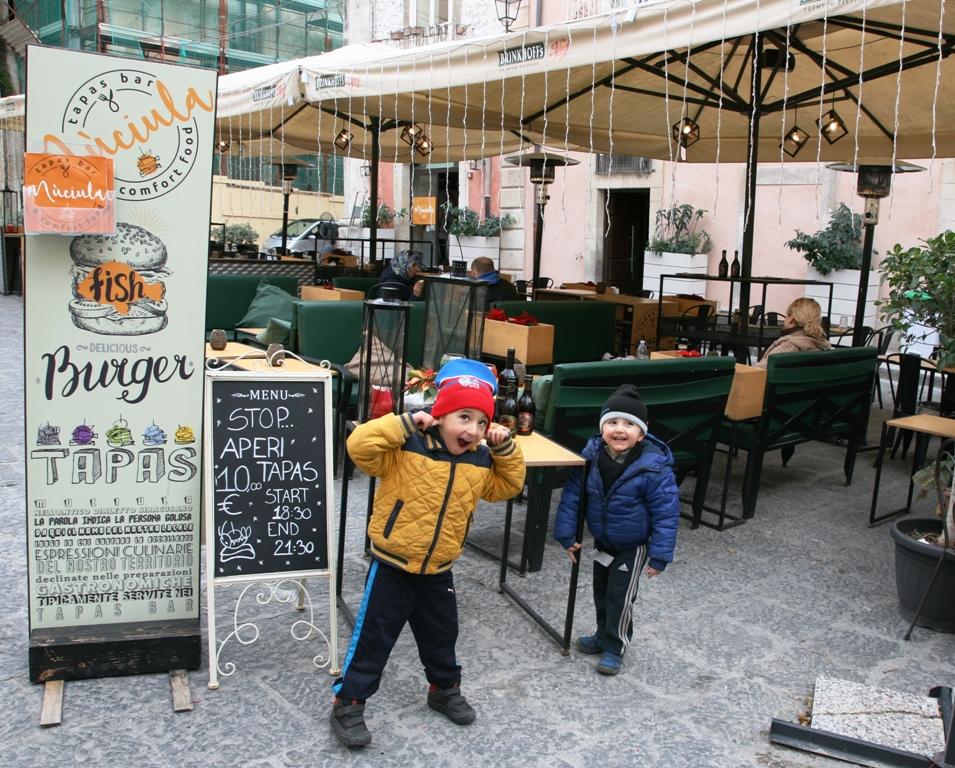 bambini davanti al ristorante di siracusa