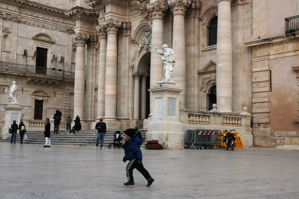 bambino che corre nella piazza Duomo di Siracusa