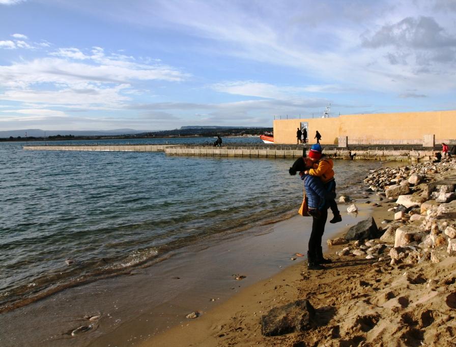 visitare siracusa con i bambini in spiaggia