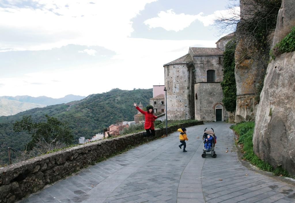 mamma e bambini al castello lauria in sicilia