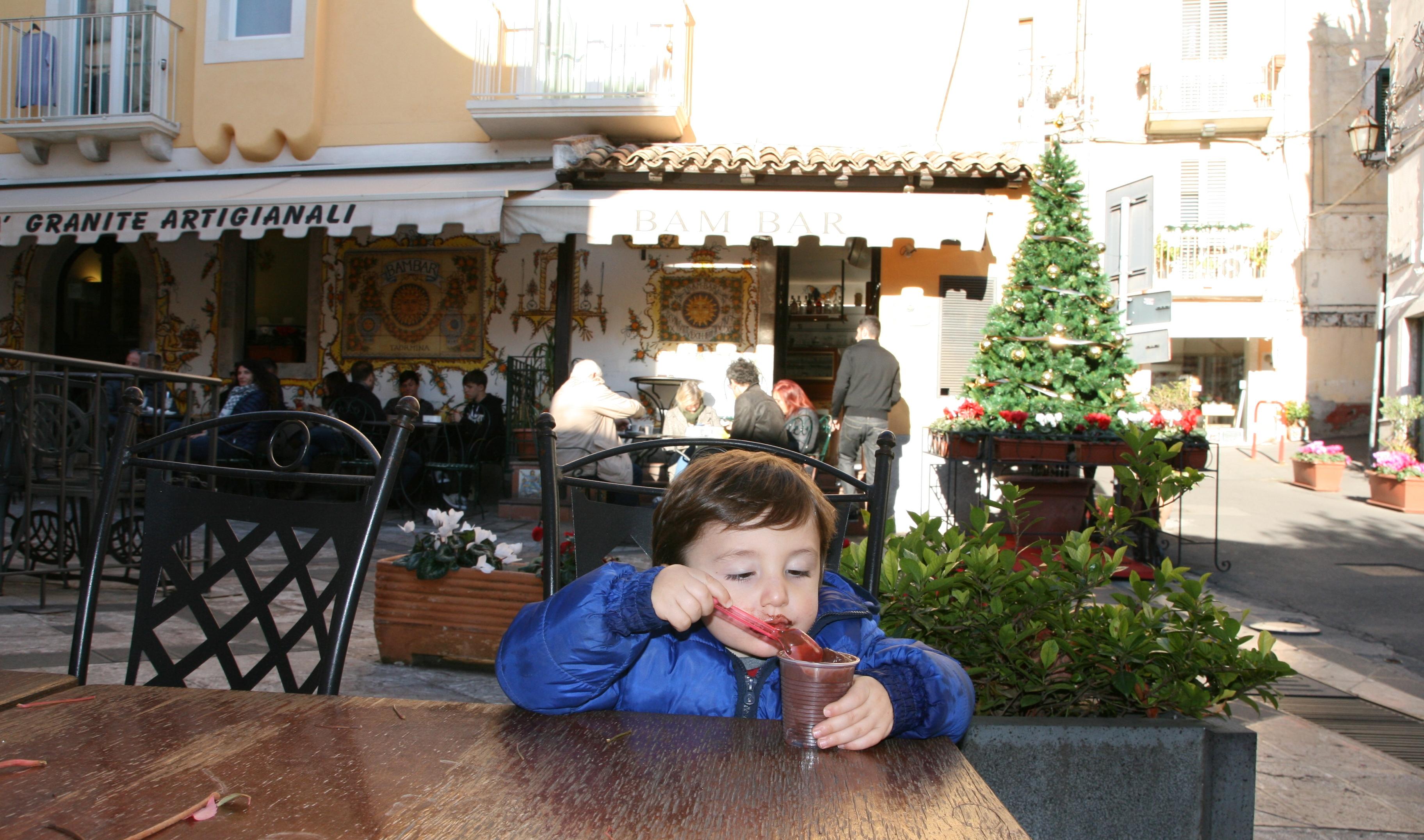bambino che mangia la granita in Sicilia